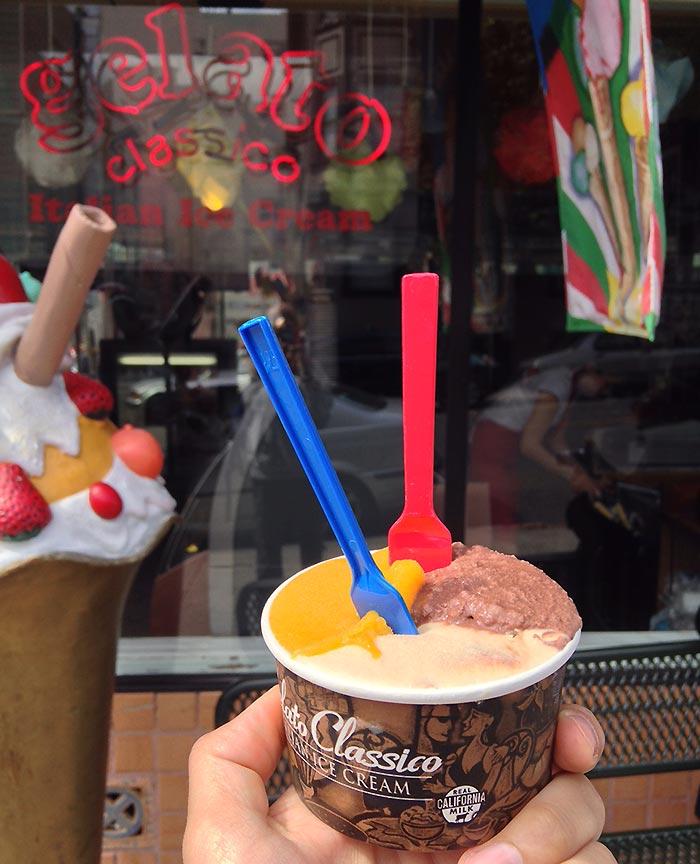 Mangosorbet, Karamell-Schokolade und Peanut Butter Cup geschichtet im Becher.