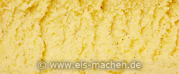 Selbstgemachtes Vanilleeis mit Eigelb und Vanillesamen